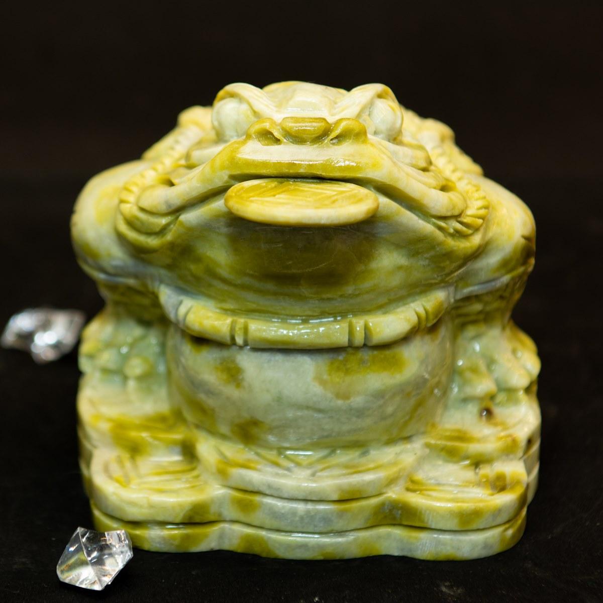Thiềm Thừ Phong Thủyđược đặt ở cạnh bàn thờ Thần Tài Thổ Địa, bàn làm việc, quầy thu ngân… hướng nhìn vào trong nhà.